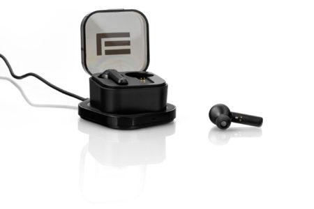 Mustat TWS-kuulokkeet ja langaton latauskotelo
